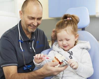 Auch Kinder sind bei uns willkommen - Zahnarzt Frank Bräuer