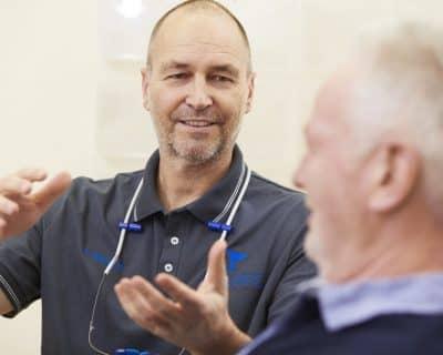 Zahnarzt Frank Bräuer bei einer Patientenberatung